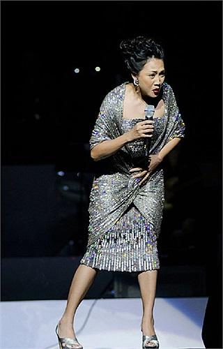Xuất hiện lần hai trên sân khấu, Nguyên Thảo tiếp tục gây bất ngờ trong chiếc váy quây cách điệu với phần khăn choàng cổ làm tăng ngoại hình đẫy đà của bà mẹ một con.