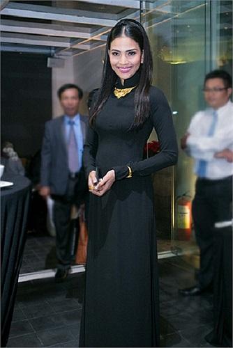Sở hữu làn da ngăm đen, Trương Thị May bồi thêm nguyên cây đen, khiến hình ảnh cô trở nên kém lộng lẫy.