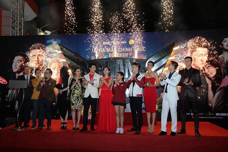 Sau thời gian quảng bá rầm rộ, bộ phim điện ảnh Thần tượng đã có buổi ra mắt báo chí và đông đảo giới nghệ sỹ tại TP.HCM vào tối qua 16/12.