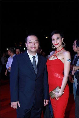 Phương Mai nổi trội hơn cả 'ông bầu' Quang Huy về chiều cao.