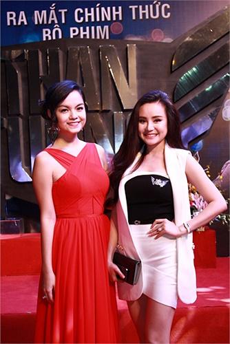 Vy Oanh đọ sắc cùng Phạm Quỳnh Anh.