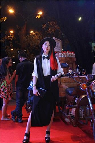 Hot Girl Chi Pu cũng tham gia với vai ca sỹ đối thủ của Hoàng Thùy Linh. Bộ phim Thần tượng sẽ được ra rạp vào ngày 20/12.
