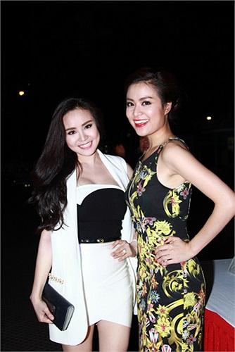 Nhiều nghệ sỹ, người nổi tiếng showbiz đến chúc mừng đoàn phim ngày ra mắt. Vy Oanh rạng rỡ bên Hoàng Thùy Linh.