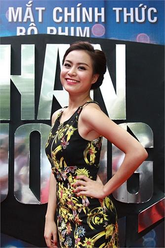 Diện bộ váy hiệu kín đáo, Hoàng Thùy Linh trông rất sang trọng.