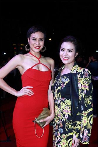 Tuy nhiên, khi đọ sắc cùng Siêu mẫu Phương Mai, nhan sắc Hoàng Thùy Linh lép vế hoàn toàn dù Phương Mai chỉ tham gia một vài cảnh phụ trong phim.