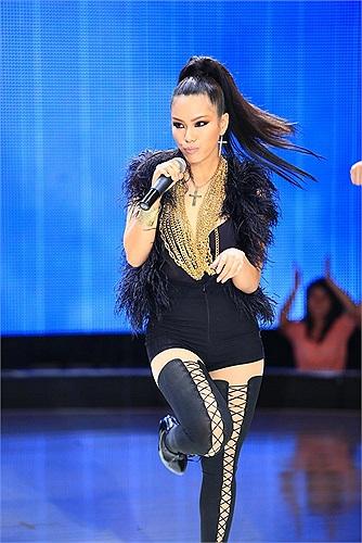 Nữ ca sỹ diện cả 'cây đen' quyến rũ.