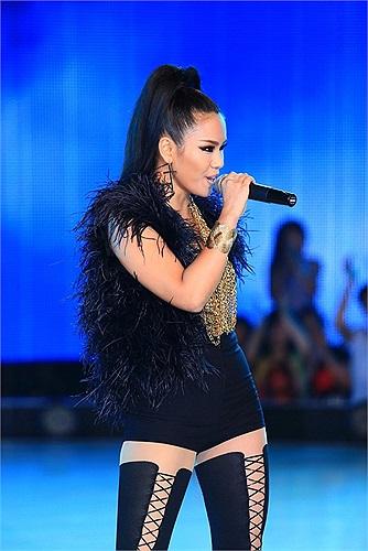 Chiếc quần short ngắn cũn giúp Phương Vy gợi cảm trên sân khấu.
