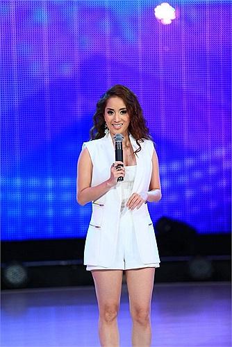 Ở chương trình trước, Khánh Thi dính mác 'thảm họa thời trang', thì ở đêm diễn này, người đẹp đã lấy lại phong độ.