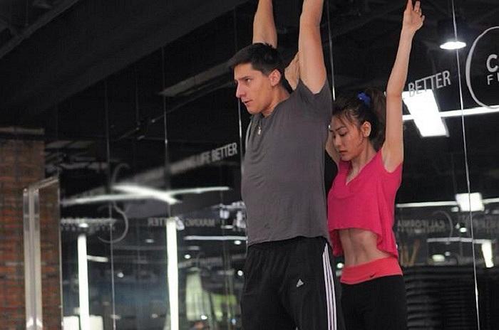 Ngân Khánh miệt mài tập luyện cùng bạn nhảy.