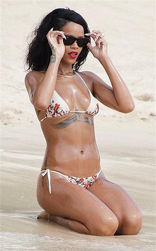 Rihanna thiêu đốt mọi ánh nhìn khi diện bikini trên biển.
