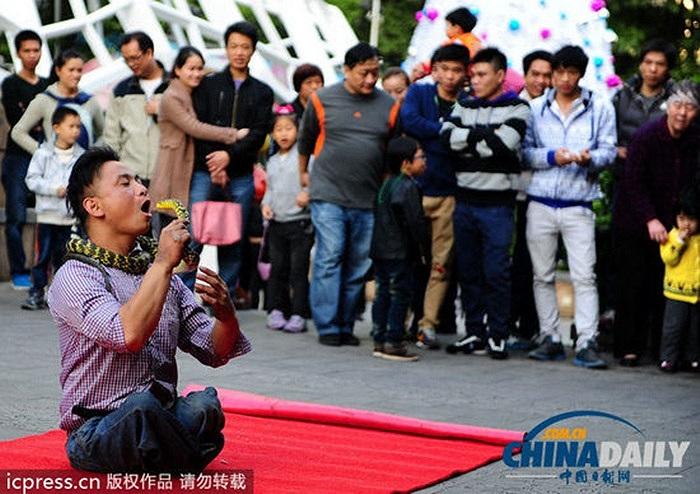Người đàn ông biểu diễn bên ngoài cổng công viên nhân dân ở huyện Việt Tú, thành phố Quảng Châu, Trung Quốc hôm 1/12
