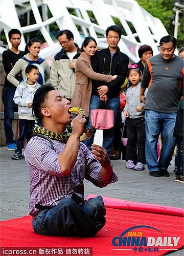 Người qua đường sợ hãi và khâm phục người đàn ông này khi mạo hiểm nuốt chửng rắn sống mà không hề hấn gì