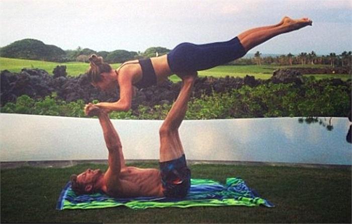 Anh cùng người bạn gái Jessica Michibata chào năm 2014 bằng những bài tập yoga với những động tác cực khó