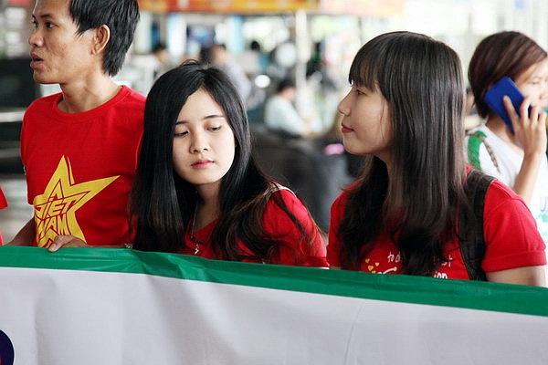 Rất đông fan hâm mộ U19 Việt Nam đã có mặt tại sân bay Tân Sơn Nhất chiều qua để đón U19 Việt Nam. (Ảnh: IHay)
