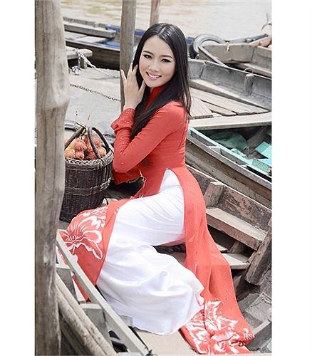 Cô kém Quang Hải tới 25 tuổi. Theo Khampha.vn.