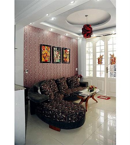 Gam màu trong nhà của Nguyễn Phi Hùng rất đa dạng. Tầng trệt được trang trí gam đỏ, từ tường, ghế, bức tranh..