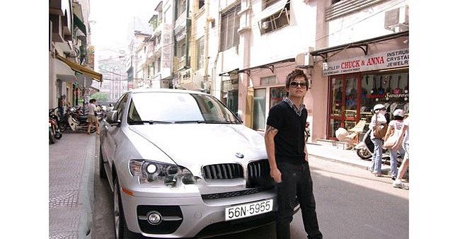 Tuấn Hưng ở cùng nhà với cha mẹ ở Hà Nội nhưng lại là tay chơi xe nổi tiếng. Anh từng sở hữu ít nhất 3 mẫu xe sang đáng nể. Đầu tiên là chiếc BMW X6 màu trắng có giá tới hơn 3 tỷ đồng.