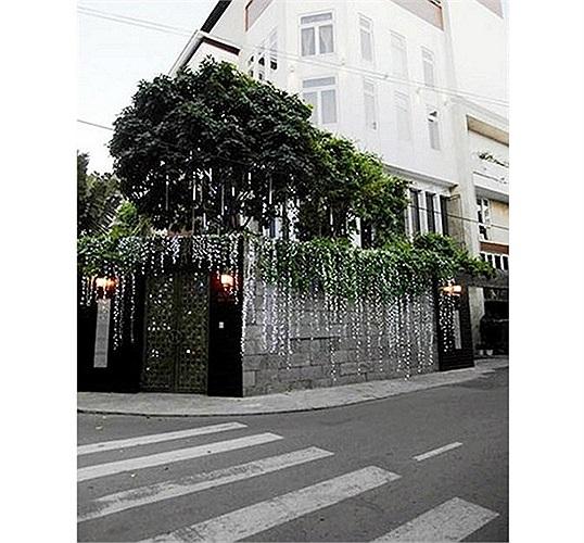 Đàm Vĩnh Hưng là một trong những sao Việt đầu tiên sở hữu căn hộ penthouse trị giá 5 triệu USD (hơn 100 tỷ đồng).