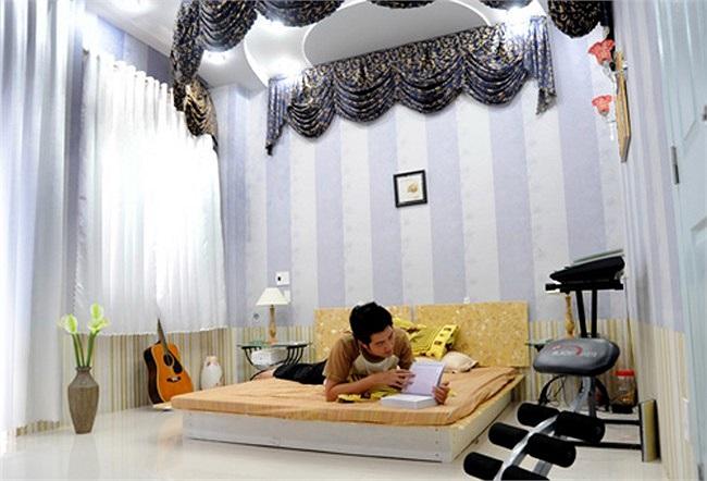 Còn tầng có phòng ngủ, anh chọn màu trắng, tô điểm là những cánh màn che tím nhạt. Bên trên giường ngủ là một bức rèm vòng cung, giúp chủ nhân có được cảm giác nghỉ ngơi, thư giãn.