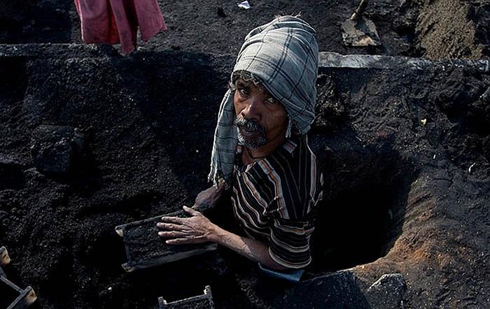 Tuy trời nóng bức, công việc nặng nhọc và bẩn thỉu. Nhưng người dân ở lò gạch Andhra Pradesh, Ấn Độ vẫn làm miệt mài vì công việc này đem đến nguồn thu nhập chính nuôi sống gia đình của họ.