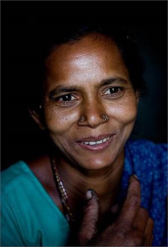 Vì mù chữ và không nói được tiếng phổ thông nên họ không có cơ hội tìm kiếm việc khác. Họ bằng lòng với công việc hiện tại để có thể tồn tại và nuôi sống gia đình.