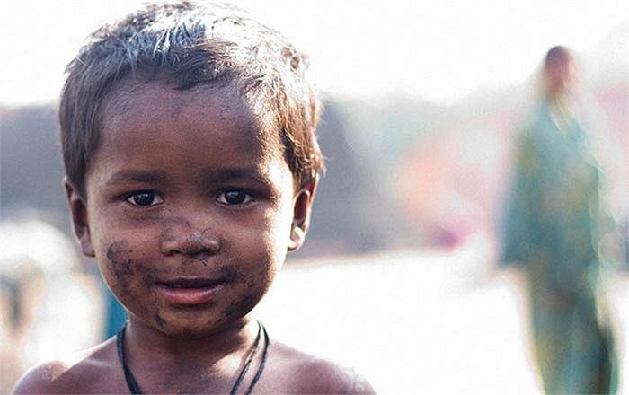 Bố mẹ không có đủ tiền, những đứa trẻ sinh ra ở đây cũng bị mù chữ và thiếu thốn các dịch vụ y tế cần thiết.