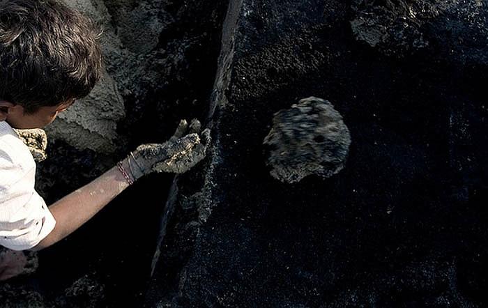 Lõi đất sét được lăn qua lớp cát đen