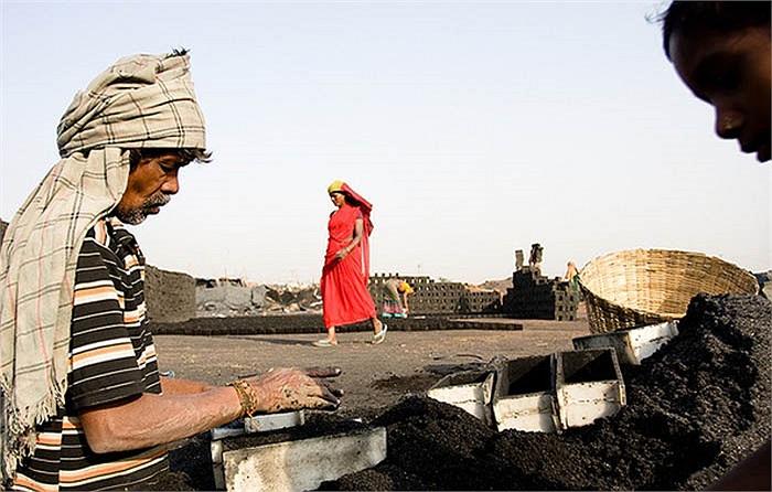 Ngoài việc sử dụng lao động bản địa, ở đây còn tuyển dụng cả những lao động nhập cư từ các tiểu bang lân cận như Orissa.