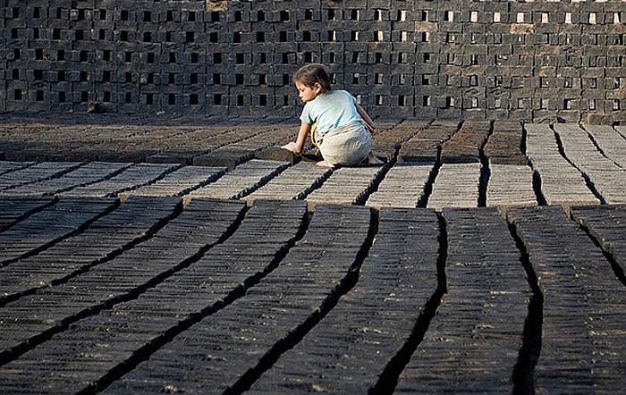 Mỗi năm có khoảng 2 triệu người từ Orissa đến Andhra Pradesh tìm việc. Có nguồn cung lao động dồi dào nên các chủ nhà máy gạch giả lương cho họ rất rẻ mạt.