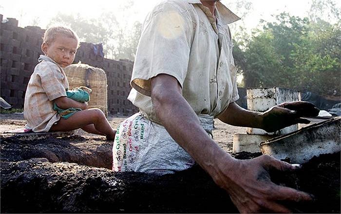 Tiểu bang Orissa là nơi thường xuyên xảy ra hạn hán và lũ lụt. Người nông dân trở thành những kẻ trắng tay và phải bỏ quê hương ra đi làm thuê ở các nhà máy gạch.