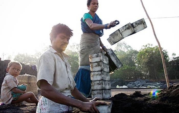 Các lò gạch ở đây đều sử dụng nhiên liệu là gỗ, than đá, thậm chí là rác thải. Nên khói bụi do các lò gạch này thải ra toàn là các loại khí độc hại cho cả con người và môi trường. Cứ một triệu viên gạch ra lò thì có 200 tấn than bị đốt.