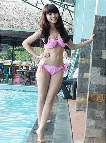 Nữ diễn viên trẻ Vy Minh vào vai Mộng Vân  trong phim 'Đôi cánh đồng tiền', đây là phân cảnh Vy Minh khoe thân hình chuẩn trong bộ đồ bơi màu hồng quyến rũ.