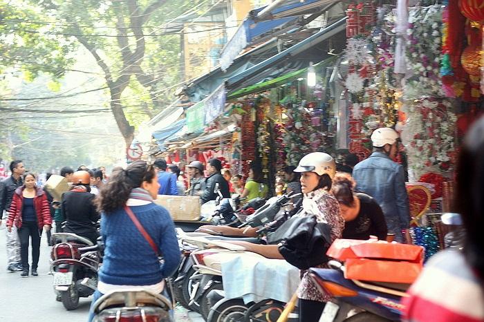 Ngay từ thời điểm nay, các tuyến phố tại Hà Nội như Hàng Mã, Hàng Ngang ... không khí mua bán đã khá tấp nập