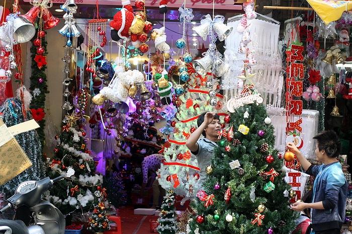 Cây thông Noel luôn là mặt hàng đắt đỏ nhất nên cũng được chủ hàng chăm chút kỹ hơn. Giá một cây thông nhựa lắp ghép khoảng 700 - 1 triệu.