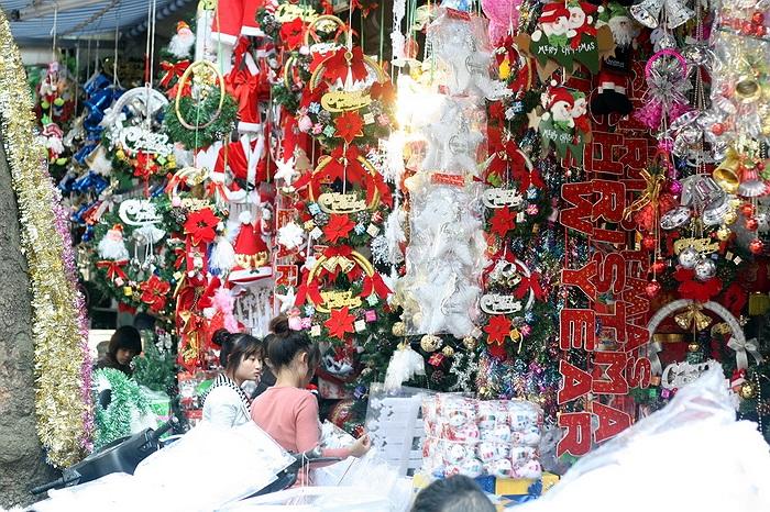 Đối tượng sắm đồ Noel sớm nhất vẫn là chủ các cửa hàng kinh doanh quần áo, nhà hàng, khách sạn ...
