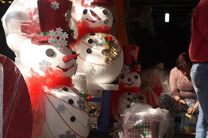 Người tuyết làm từ xếp có giá từ 400.000 đồng đến hơn 1 triệu đồng tùy vào kích cỡ và phụ kiện trang trí.