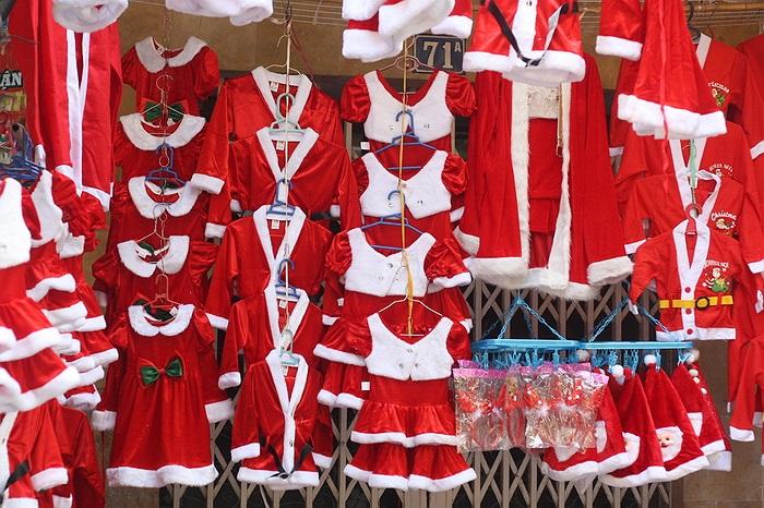 Bộ đồ Noel dành cho trẻ em mẫu mã vẫn như mọi năm nên chưa thu hút được khách mua mặc dù giá khá rẻ, khoảng 50.000 đồng/bộ
