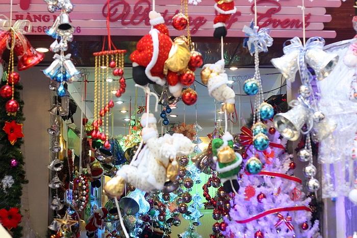 Nhiều cửa hàng trên hàng Mã chịu khó đầu tư trang trí bầy biện theo xu hướng giới trẻ để thu hút khách hàng