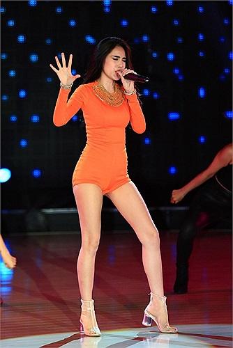 Xuất hiện với tư cách khách mời trên sân khấu Vũ điệu đam mê, Thủy Tiên sexy đến mức suýt 'lộ hàng'.