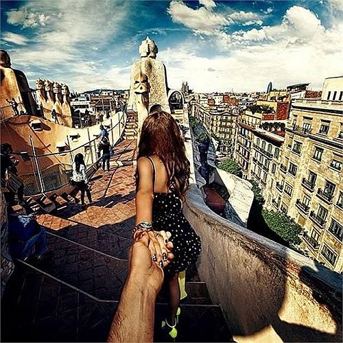 Với máy ảnh chĩa vào lưng cô bạn gái, cô hào hứng nắm tay Murad qua rất nhiều vùng miền khắp thế gian.