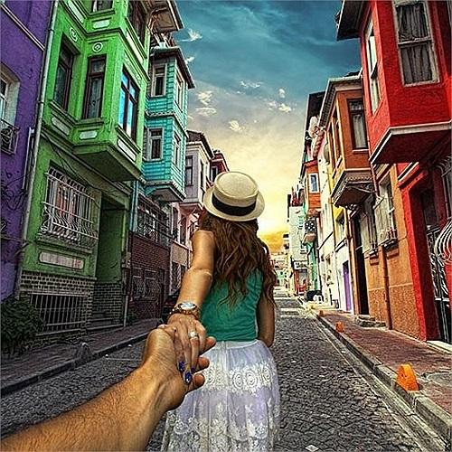 Đây là bộ ảnh thứ hai của cặp đôi này, và để họ nắm tay đưa chúng ta đi khắp thế gian.