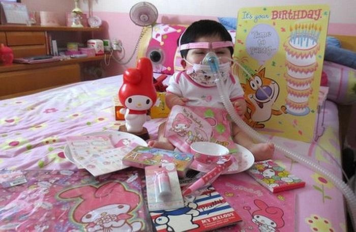 Pei Shan sẽ bước sang tuổi 15. Tuy nhiên, cô bé vẫn bị kẹt trong hình hài một đứa bé con mới 1 tuổi.