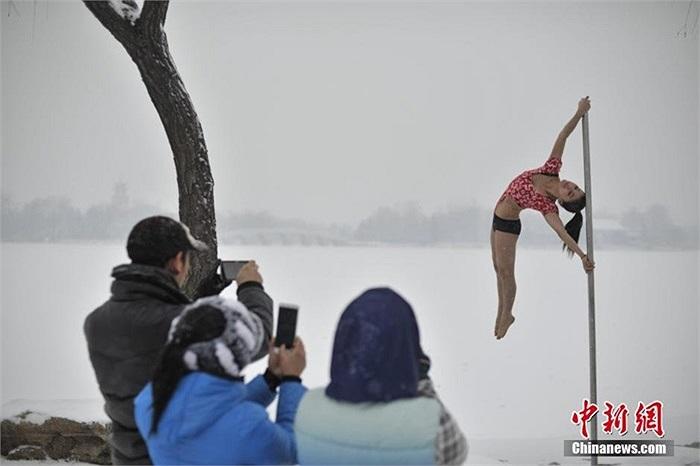 Việc những cô gái xinh đẹp ăn mặc mát mẻ tập luyện trong tuyết thu hút sự chú ý của nhiều người