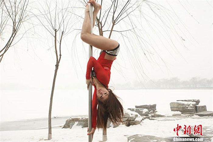 Những vận động viên luyện tập múa cột điêu luyện giữa trời tuyết