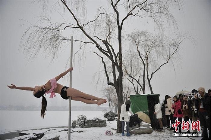 Bất chấp thời tiết lạnh giá, các nữ học viên vẫn chăm chỉ tập luyện