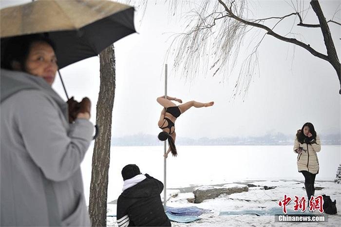 Những cô gái bất chấp thời tiết lạnh giá vẫn miệt mài tập luyện