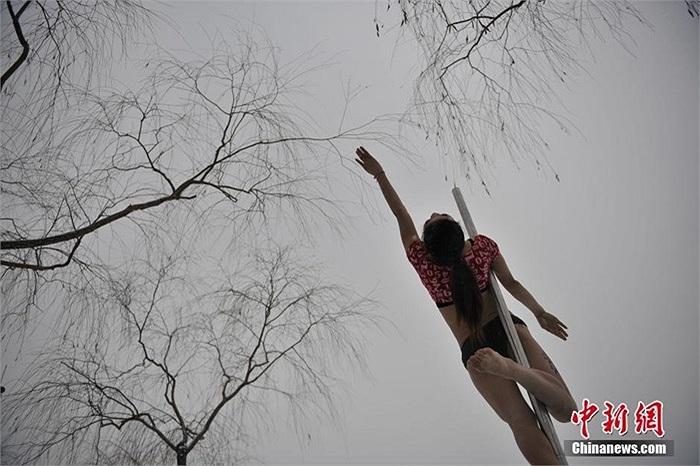 Những cô gái mất khá nhiều thời gian để có thể thành thục kỹ thuật leo cột và xuống cột