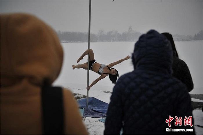 Người đẹp tập luyện trong thời tiết lạnh giá thu hút sự chú ý của gười dân thành phố Thiên Tân