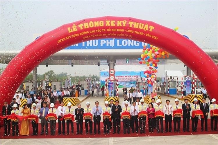 Bộ trưởng GTVT Đinh La Thăng cùng lãnh đạo TP.HCM, Đồng Nai và Tổng công ty đầu tư phát triển đường cao tốc Việt Nam (VEC) cắt băng khánh thành 20 km đường cao tốc Sài Gòn - Long Thành - Dầu Giây.