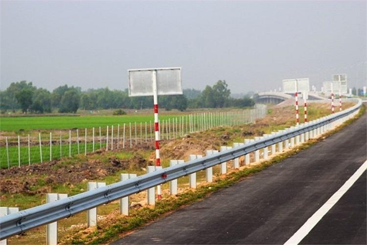 Hàng rào phía ngoài bảo vệ đường cao tốc.